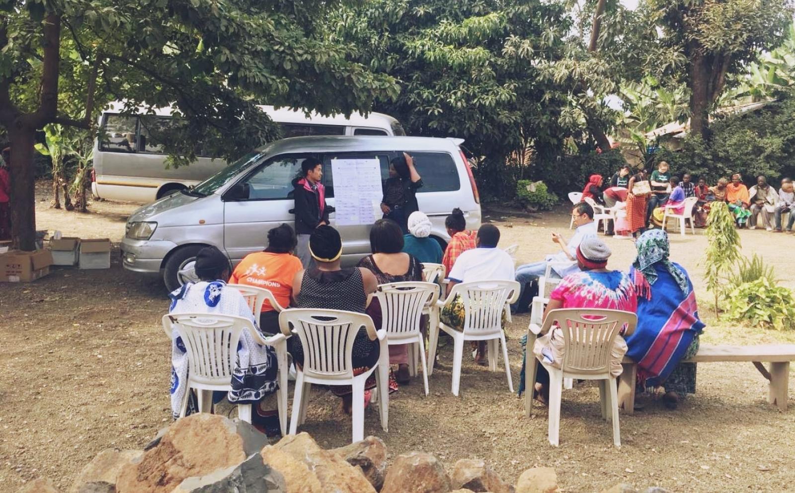 タンザニアで地元の女性たちを対象にマイクロファイナンス指導を行う大幸巧旺さん